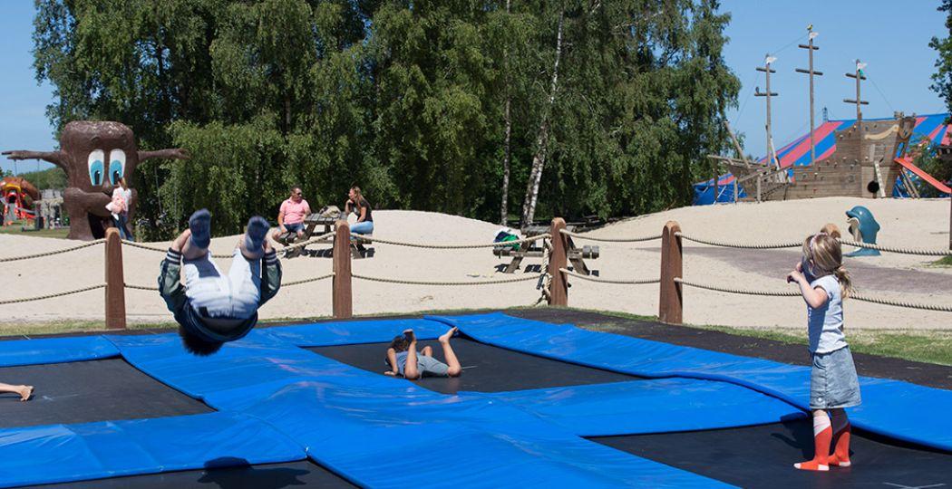 Lekker spelen en trampolinespringen in Speelpark Oud Valkeveen. Foto: DagjeWeg.NL, Grytsje Anna Pietersma.