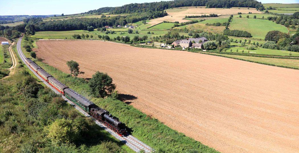 Geniet van de schitterende heuvels in Zuid-Limburg in een oude stoomtrein. Foto: De Miljoenenlijn