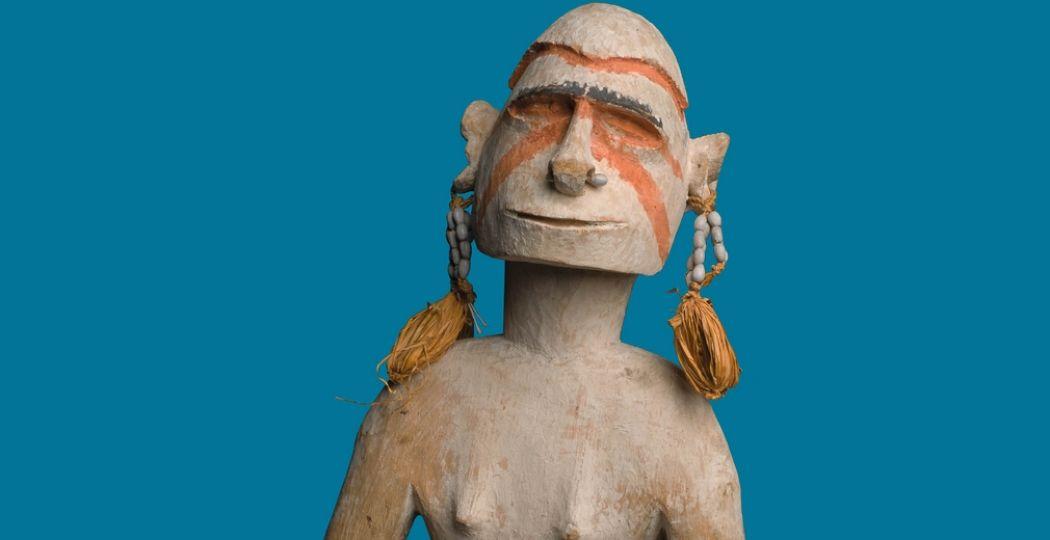 Voorouder beeld (onderdeel van een set) Kawe Sor rivier, Centraal Asmat regio, Zuid Papoea, Provincie Papoea, Indonesië; voor 1956; hout, verf, plantenvezels. Collectie: NMVW TM-2541-22 & 23 Afmeting: Size: 59 x 22 x 19 cm. Foto: Museum Volkenkunde