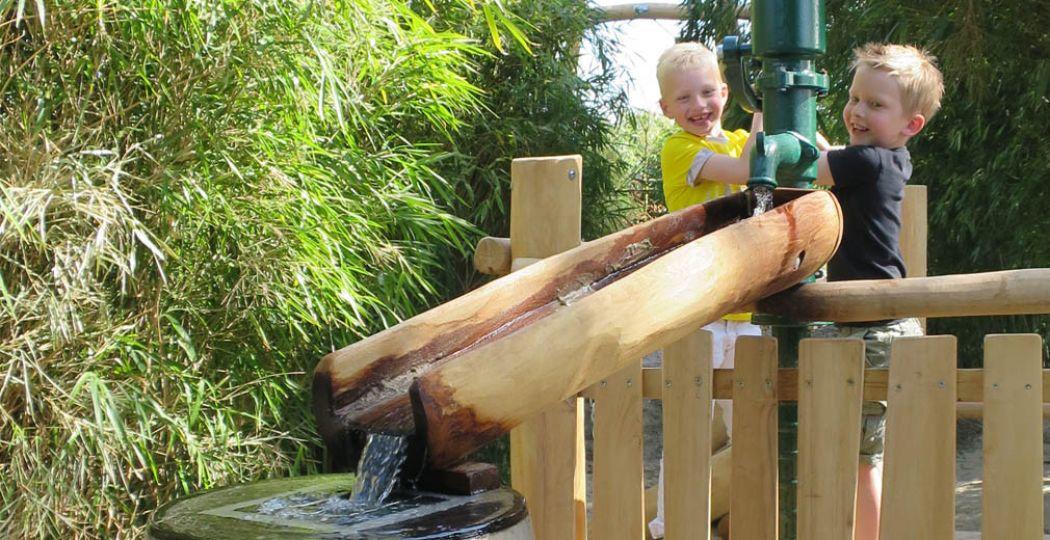 Spelen in de waterspeeltuin en Kids Jungle. Foto: Berkenhof Tropical Zoo.