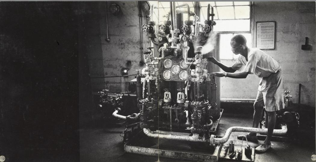 Ed van derElsken, 'Man en machine'. Arbeider op de werf,Burutu, Nigeria, 1959. Ontwikkelgelatinezilverdruk/ gelatinsilverprint. Spread uit de dummy van het fotoboekSweetLife, vóór 1966. Foto: Rijksmuseum © Ed van der Elsken