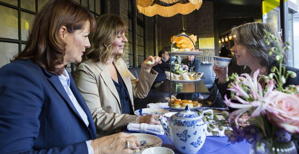 Gezellig, samen aanschuiven voor een lekkere high tea in Brasserie1653. Foto: Royal Delft.