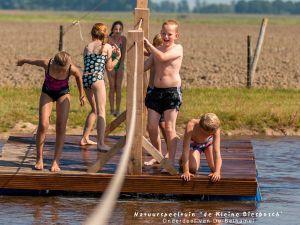 Zelf een vlot bouwen. Foto: Natuurspeeltuin De Kleine Biesbosch.