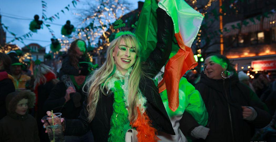 Vier dit jaar ook Saint Patrick's Day, de nationale feestdag van Ierland. Dat kan gewoon in Nederland. Zeker in Den Haag, waar de Grote Markt groen kleurt op 17 maart. Foto: Judith Zandwijk