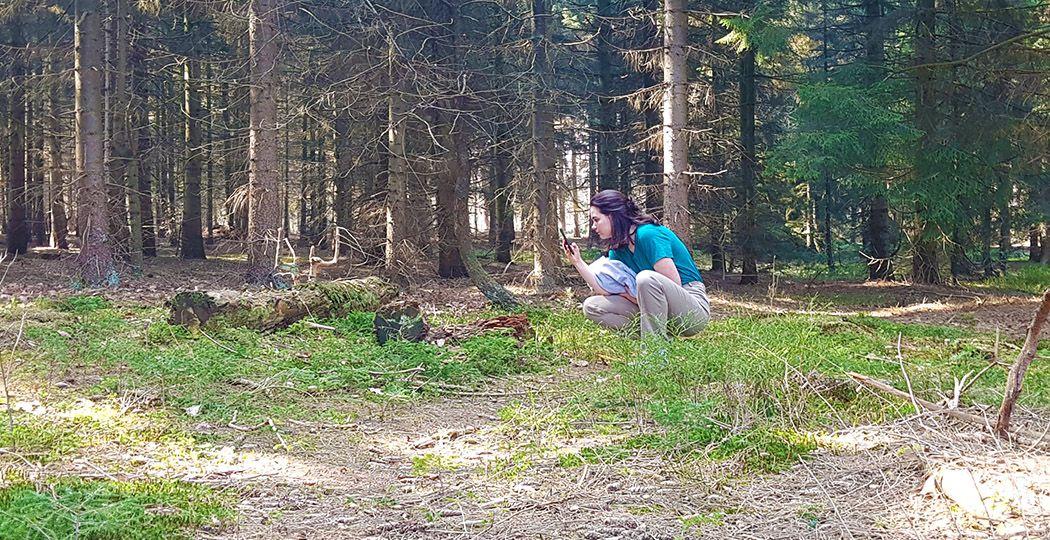 Ontdek de mooiste plekjes in Wageningen dankzij de tips van local Jonna. Hier te zien in het bos aan de oostkant van Wageningen waar ze graag komt: De Dorschkamp. Foto: DagjeWeg.NL @ Nikki Arendse