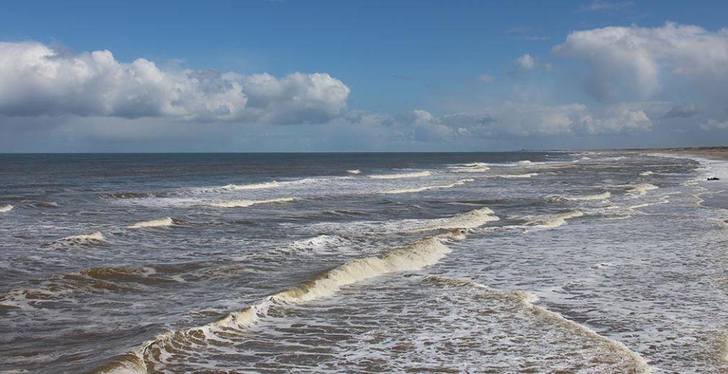 Zoek lekker verkoeling op het strand. Foto: DagjeWeg.NL.