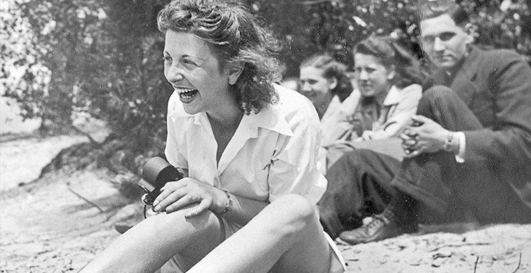 De tentoonstelling Dansen met de vijand in De Museumfabriek is een ode aan de levenslustige Rosa Glaser (1917-2000), die maar liefst zes concentratiekampen overleefde in de Tweede Wereldoorlog. Foto: De Museumfabriek © Archief Roosje Glaser.