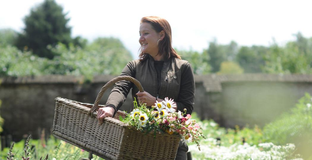 Hovenier Francien is 1 van de twee bloemisten die elke week verse boeketten voor in het paleis maakt. Foto: Paleis Het Loo