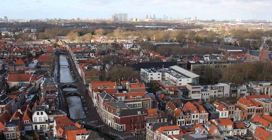 Bewonder Delft vanaf de toren van de Nieuwe Kerk. Foto: DagjeWeg.NL.