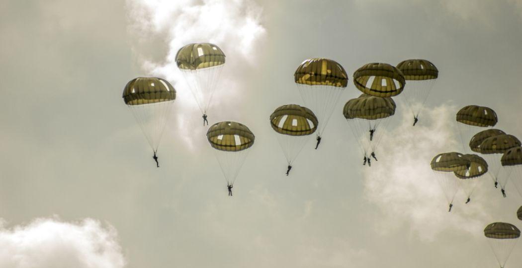 Spectaculair: de Airborne Luchtlandingen op de Ginkelse Heide op zaterdag 21 september. Foto: Bezoek Ede / Shutterstock.