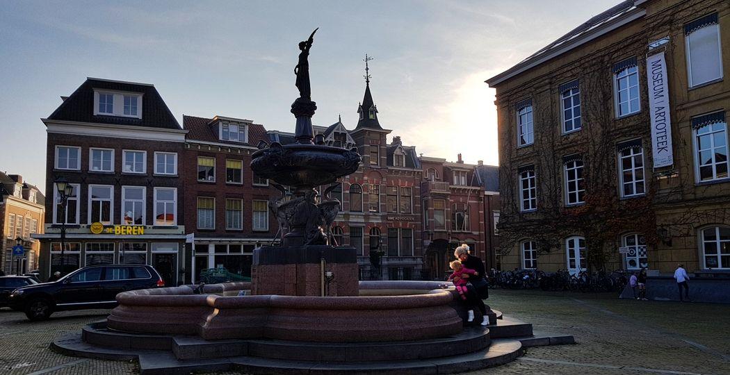 Het hart van de vesting Gorinchem: de Grote Markt. Hier zie je de Wilhelminafontein, met rechts het oude stadhuis waar nu Museum Gorcum in zit. Foto: DagjeWeg.NL © Tonny van Oosten