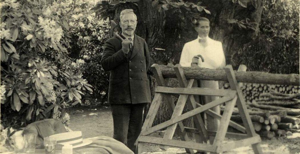 Keizer Wilhelm met de door hem omgehakte kerstboom tijdens zijn verblijf in Kasteel Amerongen. Foto: Kasteel Amerongen