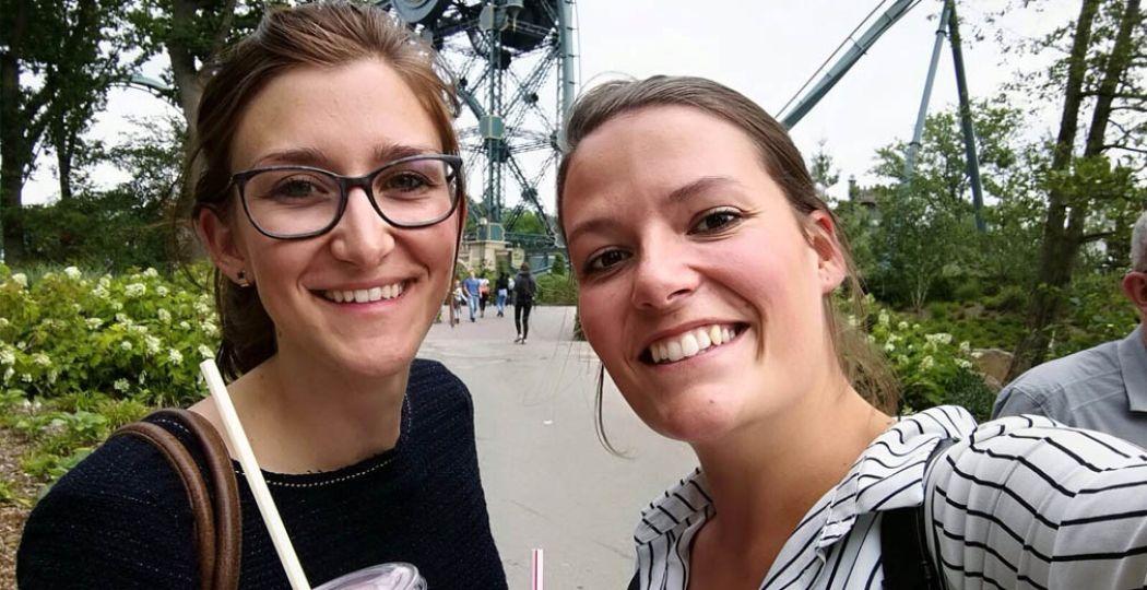 Redacteur Eline (links) concludeert: een dagje Efteling is ook leuk voor twintigers! Foto: Redactie DagjeWeg.NL