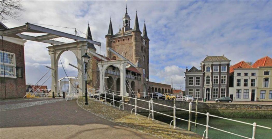 De Zuidhavenpoort in de Oude Haven van Zierikzee. Foto: www.beeldbank.zeeland.nl, Ben Biondina