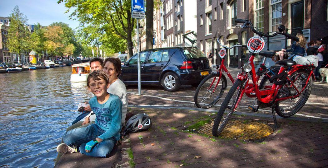 Ontdek Amsterdam met het hele gezin op een opvallende rode fiets van MacBike. Foto: MacBike