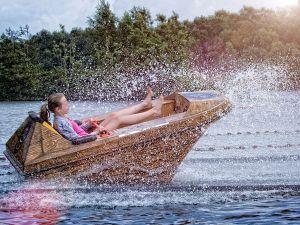 Varen in een zwanenbootje.