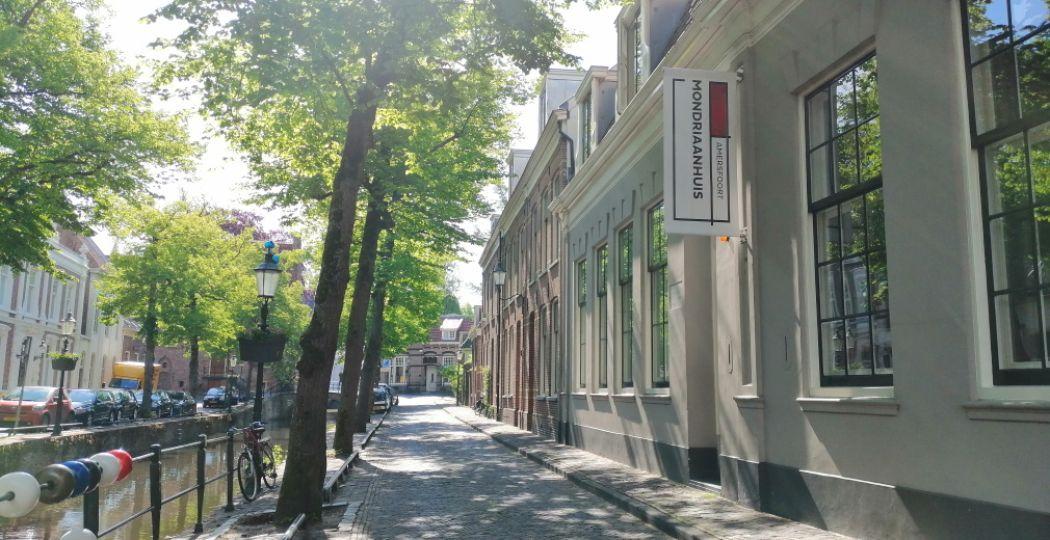 Dagje museum op 1,5 meter goed te doen? DagjeWeg.NL bezocht het Mondriaanhuis en nam de proef op de som. Foto: DagjeWeg.NL, Coby Boschma.