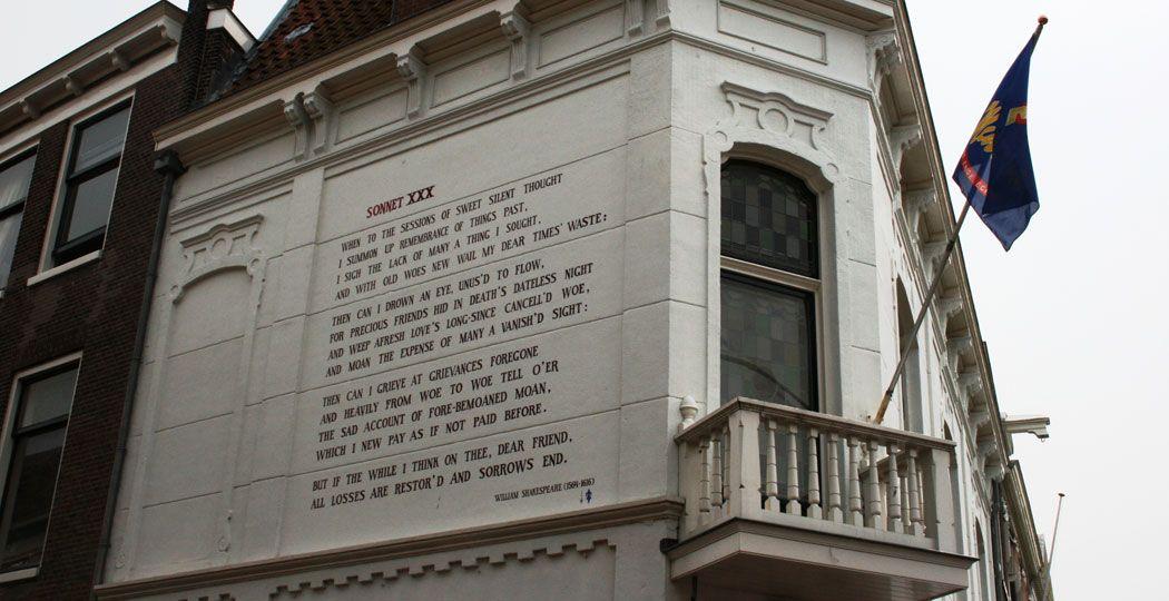 Maak een poëtische wandeltocht door Leiden en kom onder andere dit gedicht van de wereldberoemde William Shakespeare tegen. Foto: Leiden Marketing ©