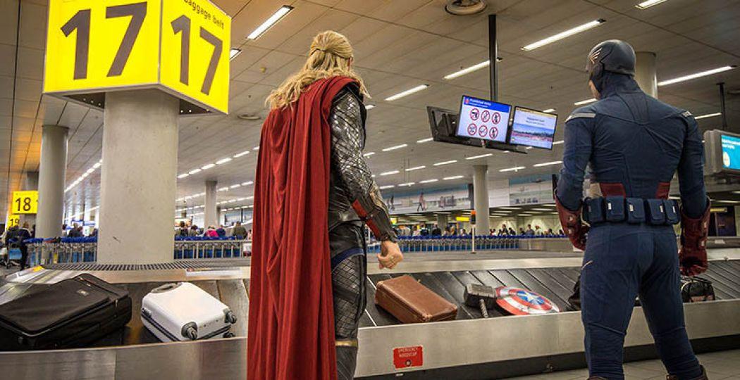 Thor en Captain America wachten geduldig op Schiphol op hun bagage. Foto: Madame Tussauds.