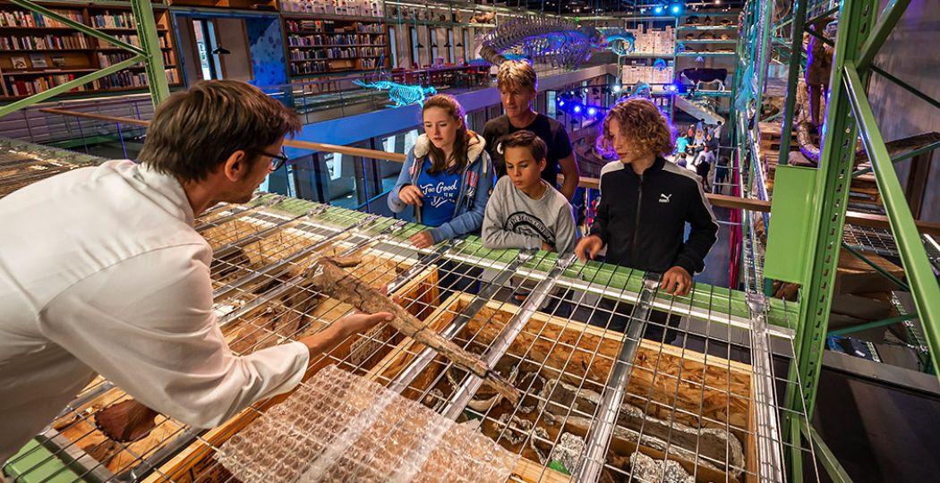 Een kijkje achter de schermen in de gratis te bezoeken Live Science zaal van Naturalis. Het museum wil graag via een eigen tv studio deze kijkjes achter de scherm ook bij de mensen thuis brengen. Foto: Naturalis © Koen Mol Fotografie
