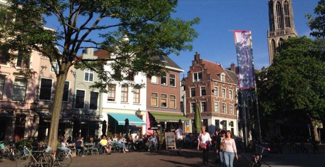 Op het Stadhuisplein in Utrecht vind je heerlijke terrasjes, zoals De Zaak. Foto: Redactie DagjeWeg.NL