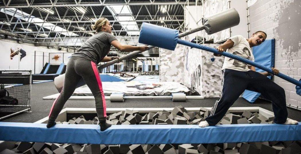 In Noord-Holland zijn veel leuke bedrijfsuitjes te vinden, zoals JumpSkillz Purmerend. Spring tegen muren, ga de strijd aan op het obstakelparcours en trotseer de Battle Bean. Foto: JumpSkillz Purmerend.