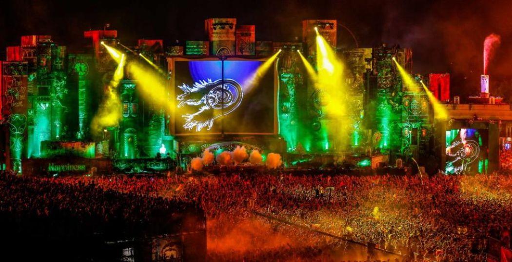 Steve Aoki brengt het publiek van Tomorrowland in het Belgische Boom in extase (2012). Foto: Rutger Geerling / Rudgr