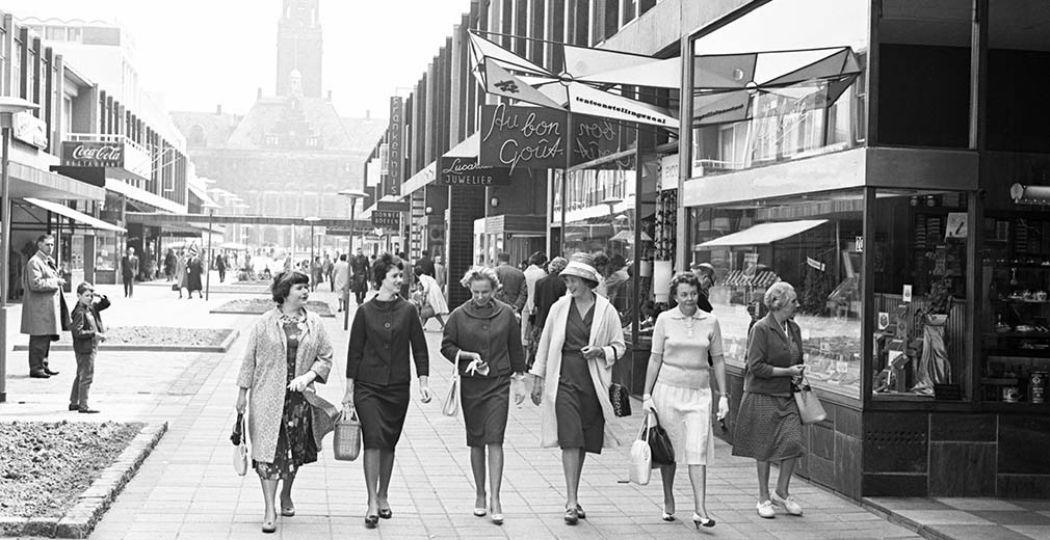 Bezoek de tentoonstelling Vrouwen van Rotterdam in Museum Rotterdam. Foto: Drie jonge vrouwen op de hoek van Coolsingel / Van Oldenbarneveldstraat, Rotterdam 1960 © Henk Jonker / MAI.