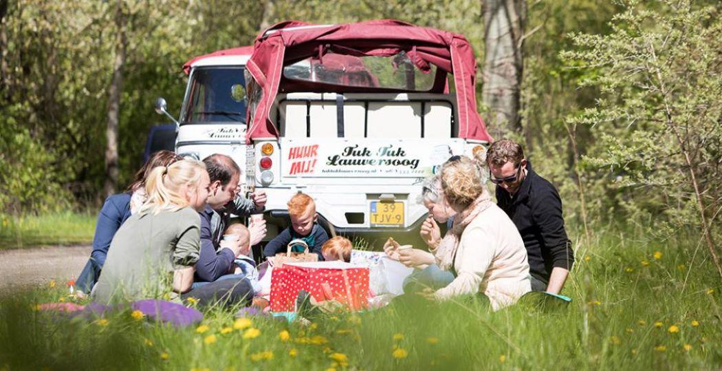Een leuk familieuitstapje is een tocht met een tuktuk van TukTuk Lauwersoog. Daar past een heel gezin in. Tip: neem eten mee voor een picknick onderweg. Foto: TukTuk Lauwersoog © Marit Anker