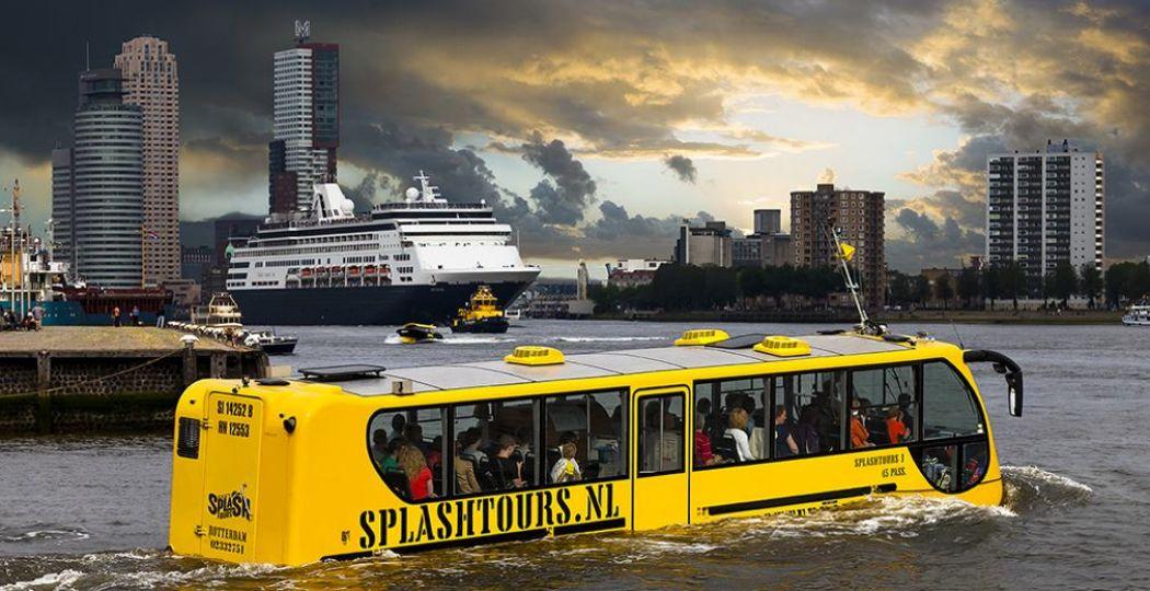 De haven van Rotterdam in met de bus, uhh... boot van Splashtours. Foto: Splashtours Rotterdam