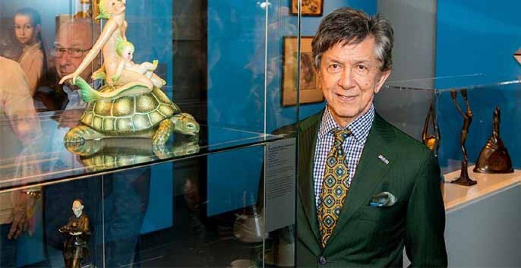 Expert Frans Leidelmeijer bij een voorwerp dat hij uitkoos. Foto: Jaap van Driest, Museum Flehite