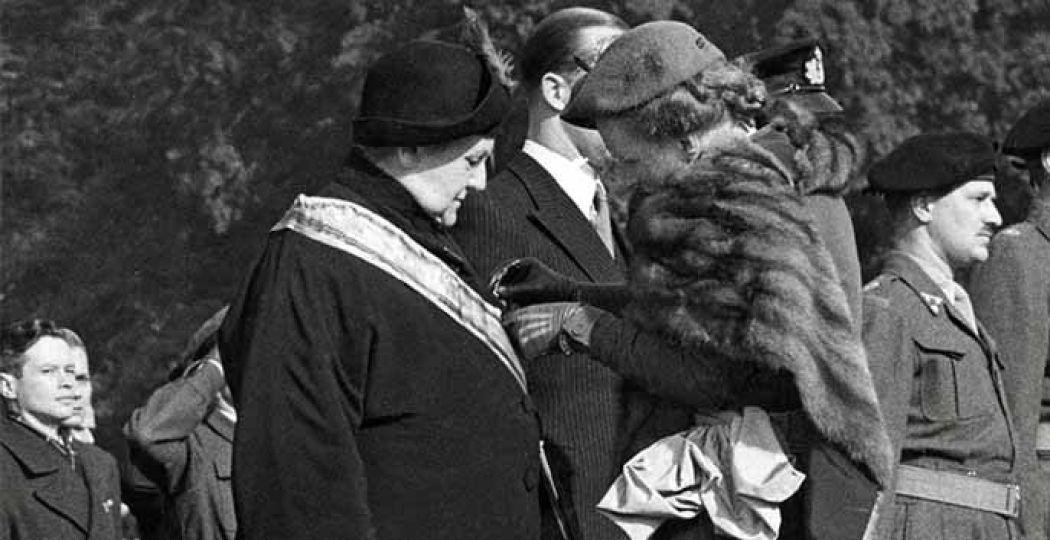 Juliana speldt haar moeder in 1948 de Militaire Willemsorde op. Collectie: Koninklijk Huisarchief