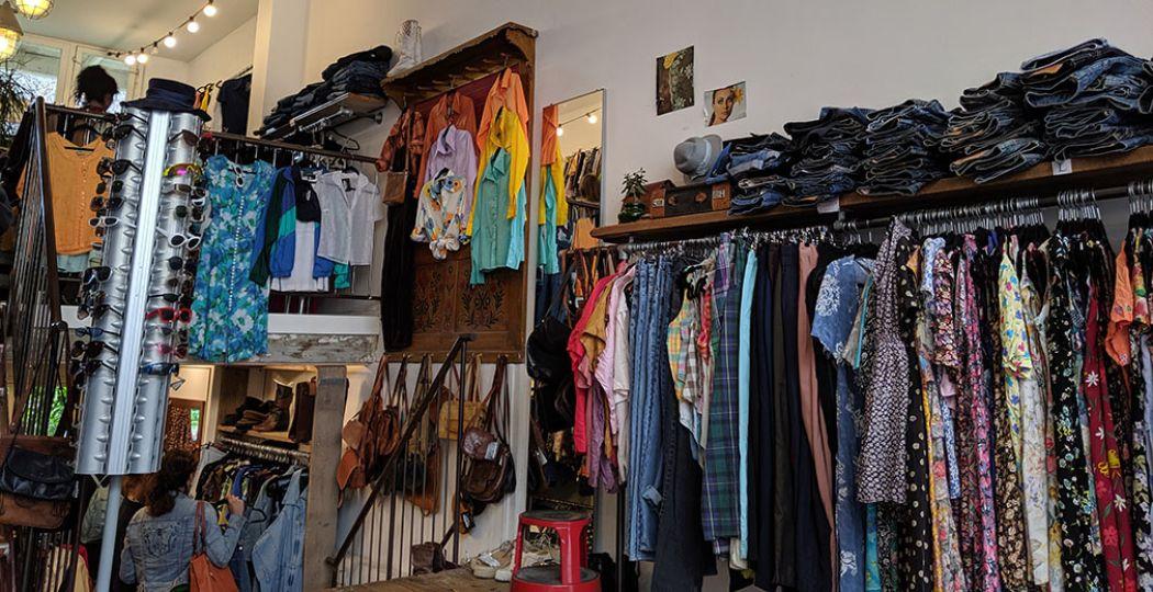 Overal in Amsterdam vind je vintage zaken en duurzame shops. Marbles Vintage bijvoorbeeld, waar je heerlijk kunt rondneuzen. Foto: Jonna Arendse
