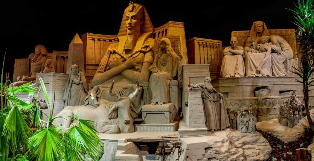Reis langs zandsculpturen van Bijbelverhalen en Egyptische beelden. Foto: Zandverhalen, Hasselblad H5D.