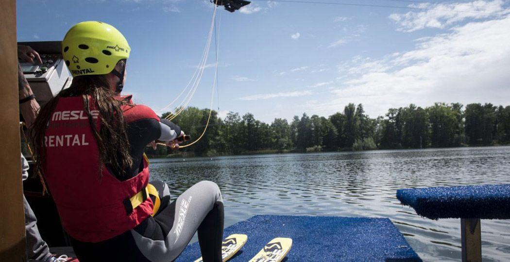 Scheer over het water tijdens een dagje waterskiën! Foto: Waterskibaan de IJzeren Man