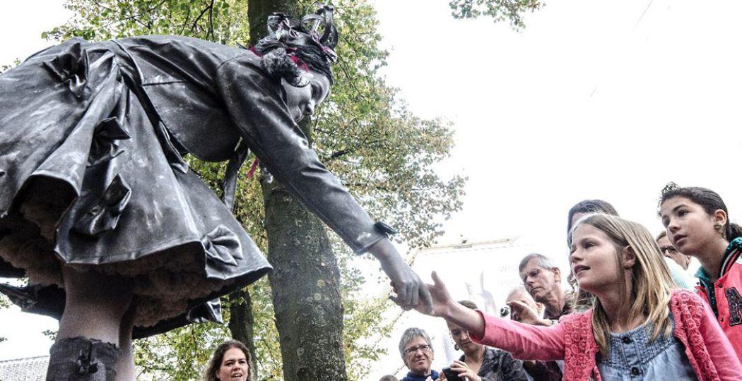 Tijdens het World Living Statues Festival in Arnhem kom je prachtige beelden tegen, die opeens je hand kunnen schudden. Foto: Debby Gosselink