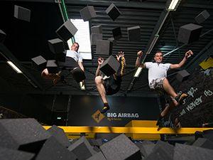 Jump samen in de gigantische Foam Pit. Foto: Jumpsquare Nieuwegein.