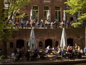 Neem een biertje op het terras voor de brouwerij. Foto: Stadskasteel Oudaen