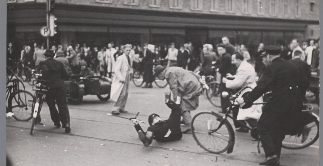 Schermutseling tussen een WA-man en een politieagent in Utrecht, 1941. Foto: Stadsarchief Amsterdam, Collectie Bart de Kok en Jozef van Poppel.