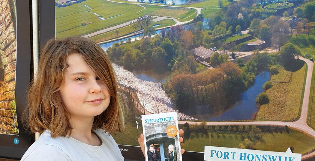 Fort Honswijk heeft een expositie waar je gewoon heen kunt: een buitenexpo met grote doeken over meerdere forten. Voor kinderen is er een leuke speurtocht. Foto: Forten.nl