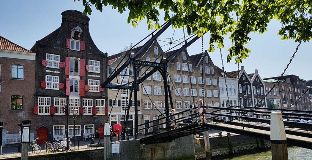 Wandel door het historische centrum van Dordrecht en ontdek hoe mooi deze oudste stad van Holland is! Overal kom je sporen tegen van de rijkdom die de handel bracht, zoals de pakhuizen en de fraaie ijzeren Damiatenbrug. Foto: DagjeWeg.NL
