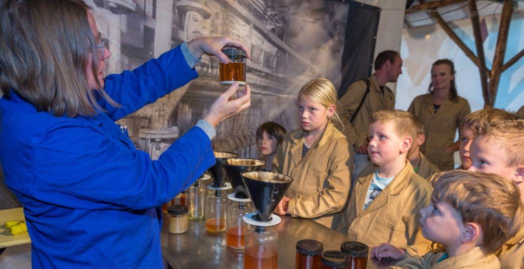 Ook in de herfst is er voor kinderen van alles te doen in de Suikerwerkplaats. Foto: Nederlands Openluchtmuseum