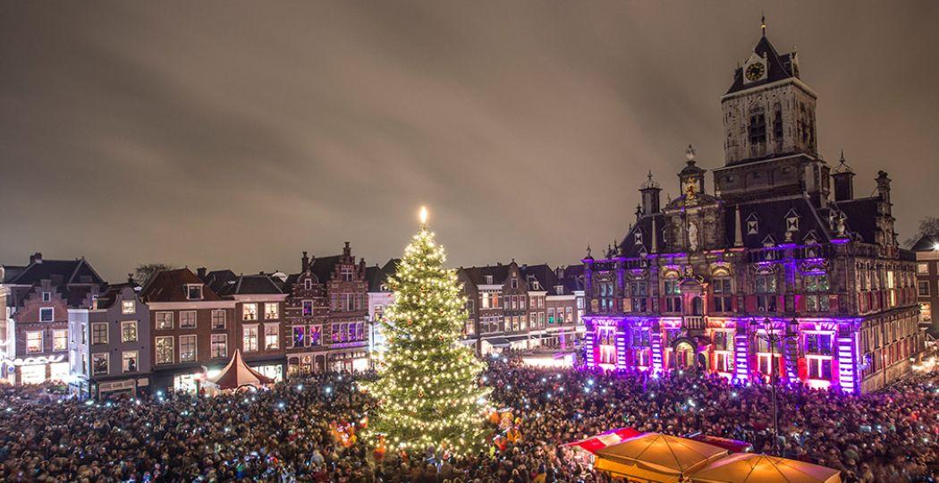 Tijdens Lichtjesavond wordt de historische binnenstad van Delft prachtig verlicht, met de Markt als stralend middelpunt. Foto: De Donkere Dagen van Delft © De Burgemeesters.