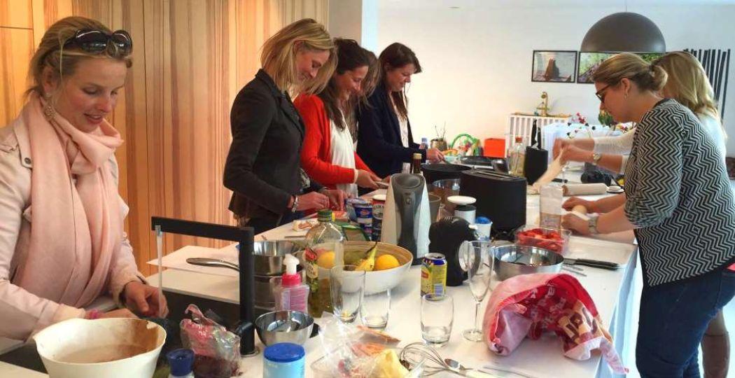 Lekker aan de kook met collega's! Foto: Kookparty