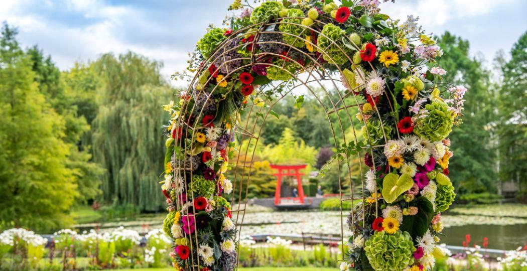 Bewonder bloemcreaties op de mooiste plekken in het park en bij het kasteel. Foto: Kasteeltuinen Arcen.