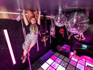 Ondersteboven in de Royal Room. Foto: The Upside Down Amsterdam © Michiel Ton