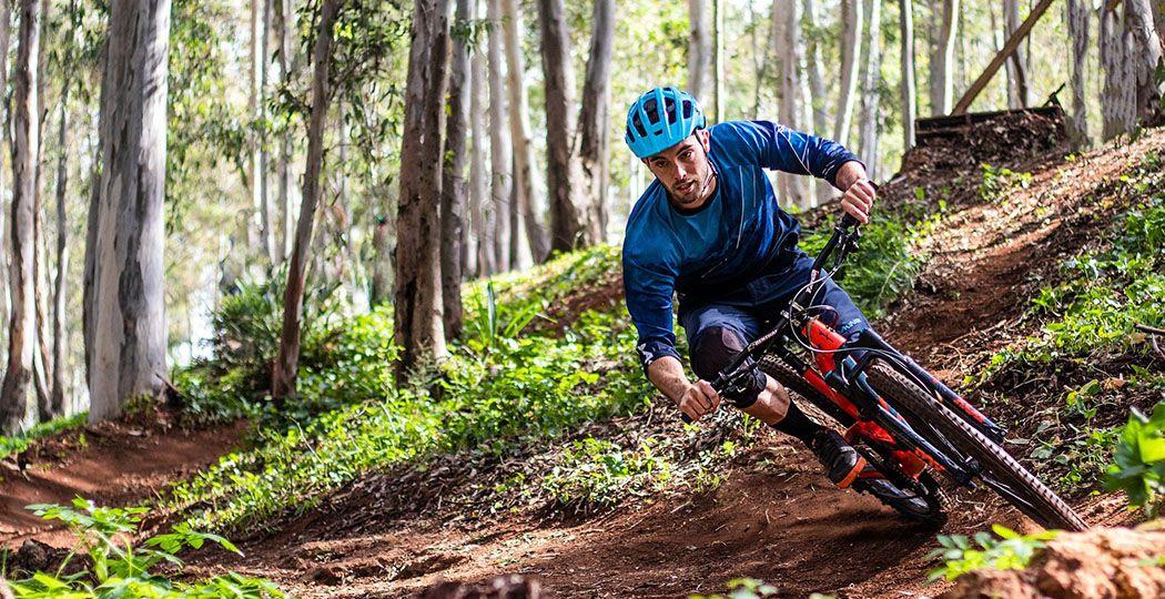 Crossen door de bossen op de mountainbike. Dat gaat het fijnst op een mountainbikeroute waar je niet constant wandelaars tegenkomt, maar wel uitdagende bochten en obstakels. Foto: Adrián Gómez - Millán Díaz via  Pixabay .