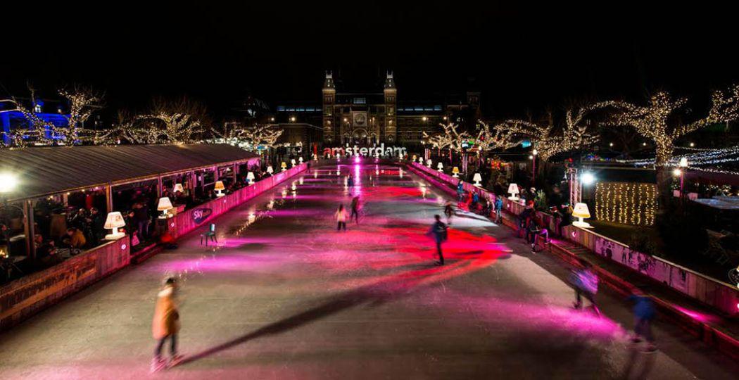 Op het Museumplein in Amsterdam is het één en al kerstsfeer! Doe een rondje op de schaatsbaan en smul bij winterchalets. Foto: Ice*Amsterdam.