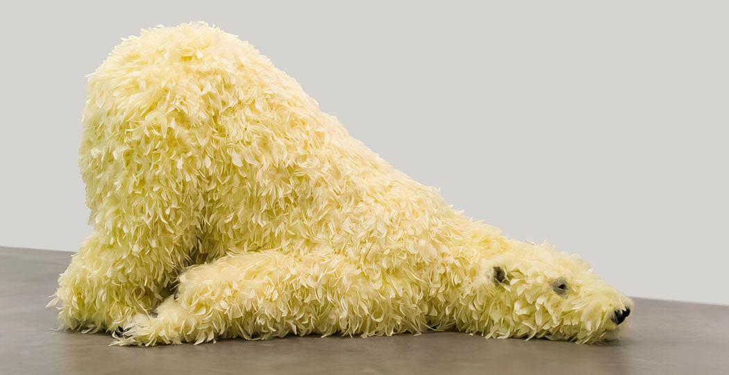 De gevederde ijsberen doen yoga-oefeningen. Paola Pivi, Have you seen me before?, 2008, Courtesy the artist and Perrotin. Foto: Kunsthal Rotterdam