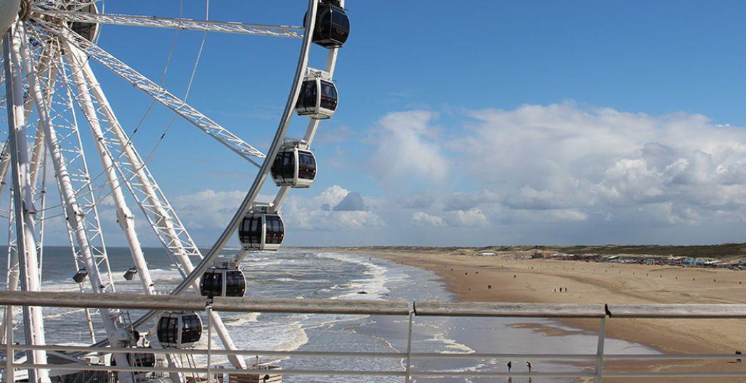 Zin in een zomerse citytrip? Bezoek Scheveningen voor een surfles of om op het strand te relaxen. Foto: DagjeWeg.NL.